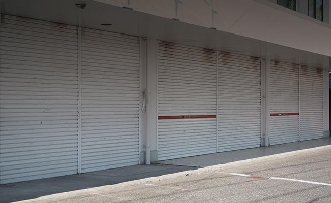 風評被害により軒並み閉店してしまう飲食店のイメージ